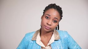 Το θηλυκό αμερικανικό πρόσωπο afro παρουσιάζει συγκινήσεις αποδοκιμασίας και διαφωνίας απόθεμα βίντεο
