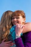 Το θηλυκό δύο αγκαλιάζει Στοκ Φωτογραφία