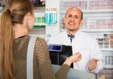 Το θηλυκό επικοινωνεί με το φαρμακοποιό Στοκ Φωτογραφία