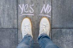 Το θηλυκό κάνει μια επιλογή ναι ή όχι στοκ εικόνες