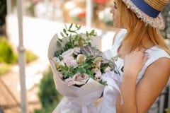 Το θηλυκό κρατά μια ανθοδέσμη των τριαντάφυλλων, ευκάλυπτος και succulents Στοκ Φωτογραφία
