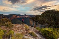 Το θηλυκό παίρνει κατά τις θαυμάσιες απόψεις κοιλάδων βουνών στοκ φωτογραφία με δικαίωμα ελεύθερης χρήσης