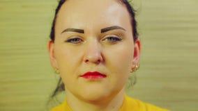 Το θηλυκό πρόσωπο εκφράζει τις συγκινήσεις Κινηματογράφηση σε πρώτο πλάνο φιλμ μικρού μήκους