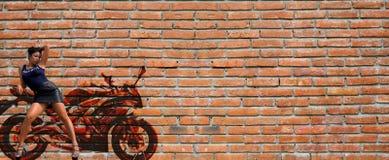 Το θηλυκό πρότυπο προσποιείται να κλίνει στα γκράφιτι Στοκ Εικόνες