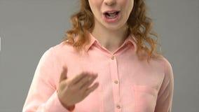 Το θηλυκό ρητό σας ευχαριστεί στη γλώσσα σημαδιών, δάσκαλος παρουσιάζοντας λέξεις στο asl, σεμινάριο απόθεμα βίντεο