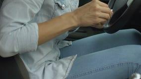Το θηλυκό στο αυτοκίνητο πάσχει από τον εμμηνορροϊκό πόνο, που παίρνει τα φάρμακα, υγεία γυναικών απόθεμα βίντεο