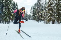 Το θηλυκό φορά διαγώνιο να κάνει σκι χωρών και το χαμόγελο Στοκ Εικόνα