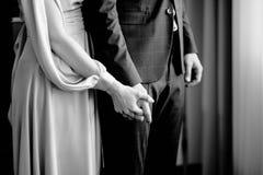 Το θηλυκό χέρι κρατά το αρσενικό χέρι στοκ φωτογραφίες με δικαίωμα ελεύθερης χρήσης