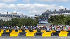 Το θηλυκό Peloton στο Παρίσι - σειρά μαθημάτων Λα από LE Tour de Γαλλία 2 Στοκ Φωτογραφία
