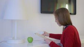 Το θηλυκό εξερευνά το χάρτη και τα ποτά από το φλυτζάνι στο λειτουργώντας πίνακα απόθεμα βίντεο