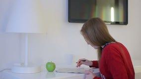 Το θηλυκό εξερευνά το χάρτη στο λειτουργώντας πίνακα απόθεμα βίντεο