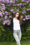 Το θηλυκό μόδας θέτει μέσα στο πάρκο Στοκ φωτογραφία με δικαίωμα ελεύθερης χρήσης