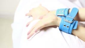 Το θηλυκό παραδίδει τις χειροπέδες δέρματος πρωκτικό λευκό δονητών παιχνιδιών φύλων βυσμάτων ζελατίνας ανασκόπησης απομονωμένο δο απόθεμα βίντεο