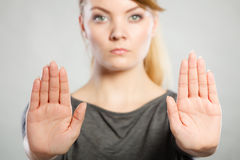 Το θηλυκό παρουσιάζει σημάδι στάσεων από το χέρι της Στοκ φωτογραφίες με δικαίωμα ελεύθερης χρήσης