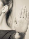Το θηλυκό παρουσιάζει σημάδι στάσεων από το χέρι της Στοκ εικόνες με δικαίωμα ελεύθερης χρήσης