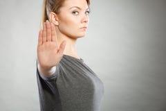 Το θηλυκό παρουσιάζει σημάδι στάσεων από το χέρι της Στοκ φωτογραφία με δικαίωμα ελεύθερης χρήσης