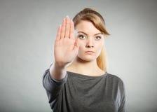 Το θηλυκό παρουσιάζει σημάδι στάσεων από το χέρι της Στοκ Φωτογραφία