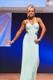 Το θηλυκό πρότυπο αριθμού στο φόρεμα βραδιού παρουσιάζει καλύτερό της Στοκ Φωτογραφίες