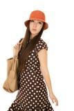 Το θηλυκό πρότυπο εφήβων αφηρημάδας που φορά ένα καφετί σημείο Πόλκα ντύνει Στοκ εικόνα με δικαίωμα ελεύθερης χρήσης