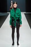 Το θηλυκό πρότυπο στη επίδειξη μόδας Valentin Yudashkin στην εβδομάδα μόδας της Μόσχας, πτώση-χειμώνας 2016/2017 Στοκ Εικόνες