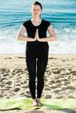 Το θηλυκό στη μαύρη μπλούζα μένει και ασκεί την περισυλλογή Στοκ φωτογραφία με δικαίωμα ελεύθερης χρήσης
