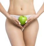 Το θηλυκό σώμα, τα χέρια που κρατά ένα μήλο Στοκ φωτογραφία με δικαίωμα ελεύθερης χρήσης