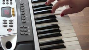 Το θηλυκό χέρι αυτοσχεδιάζει έξοχα σε έναν συνθέτη σε μια εγχώρια μουσική δημιουργεί την τέχνη απόθεμα βίντεο