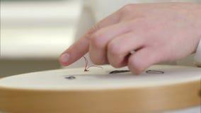 Το θηλυκό χέρι κεντά στο μετάξι απόθεμα βίντεο