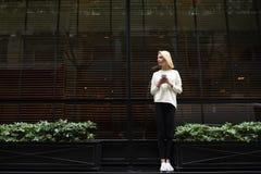 Το θηλυκό hipster έχει τη συνομιλία συνομιλίας στο τηλέφωνο Στοκ Φωτογραφίες