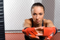 Το θηλυκό kickboxer θέτει σε ένα δαχτυλίδι Στοκ Φωτογραφίες
