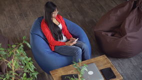 Το θηλυκό smartphone εκμετάλλευσης και γράφει sms φιλμ μικρού μήκους