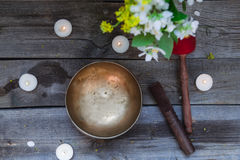 Το θιβετιανό τραγούδι κυλά και ειδικά ραβδιά, καίγοντας κεριά και βάζο με τα λουλούδια στο σκοτεινό ξύλινο υπόβαθρο, τοπ άποψη εκ Στοκ εικόνα με δικαίωμα ελεύθερης χρήσης