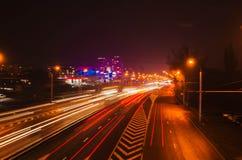 Το θολωμένο αυτοκίνητο ανάβει τη νύχτα Στοκ Φωτογραφίες