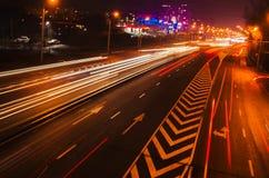 Το θολωμένο αυτοκίνητο ανάβει τη νύχτα Στοκ Εικόνες