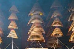 Το θυμίαμα κουλουριάζει τον ταοϊστικό ναό στοκ εικόνες
