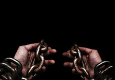 Το θύμα, σκλάβος, αρσενικά χέρια φυλακισμένων που δένονται από το μεγάλο μέταλλο αλυσοδένει από γεια Στοκ εικόνες με δικαίωμα ελεύθερης χρήσης