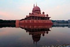 Το διάσημο μουσουλμανικό τέμενος Putra και αυτό είναι αντανάκλαση Στοκ φωτογραφία με δικαίωμα ελεύθερης χρήσης
