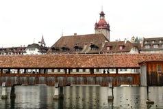 Το διάσημο υπόβαθρο πύργων γεφυρών και ρολογιών παρεκκλησιών Στοκ Εικόνα