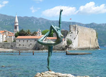 Το διάσημο χορεύοντας γλυπτό κοριτσιών στην παραλία Budva, Μαυροβούνιο στοκ εικόνα με δικαίωμα ελεύθερης χρήσης