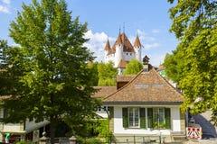 Το διάσημο Thun Castle που υψώνεται πέρα από την πόλη Στοκ Φωτογραφίες