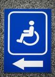 Το διάστημα χώρων στάθμευσης σημαδιών ή η είσοδος κτηρίου με Στοκ Εικόνα