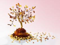Το διακοσμητικό δέντρο έκανε withτις κίτρινες και καφετιές βαλτικές ηλέκτρινες, ηλέκτρινες χάντρες και τα μικρά κομμάτια στοκ εικόνες