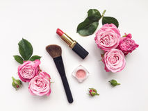 Το διακοσμητικό επίπεδο βάζει τη σύνθεση με τα καλλυντικά και τα λουλούδια Κορυφαία όψη σχετικά με την άσπρη ανασκόπηση Στοκ φωτογραφίες με δικαίωμα ελεύθερης χρήσης