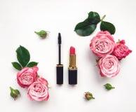 Το διακοσμητικό επίπεδο βάζει τη σύνθεση με τα καλλυντικά και τα λουλούδια Κορυφαία όψη σχετικά με την άσπρη ανασκόπηση Στοκ Εικόνα