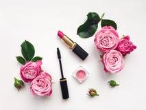 Το διακοσμητικό επίπεδο βάζει τη σύνθεση με τα καλλυντικά και τα λουλούδια Στοκ εικόνα με δικαίωμα ελεύθερης χρήσης