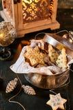 Το διακοσμητικό μέταλλο μπορεί γεμισμένος με τα μπισκότα Χριστουγέννων Στοκ Εικόνα