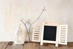 Το διακοσμητικό πλαίσιο πινάκων κιμωλίας και λίγο δέντρο διακλαδίζονται Στοκ φωτογραφίες με δικαίωμα ελεύθερης χρήσης