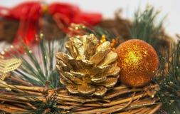 Το διακοσμητικό στεφάνι Χριστουγέννων με τα παιχνίδια κώνων πεύκων διακοσμεί το πεύκο Στοκ Φωτογραφίες