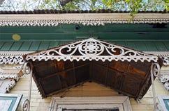 Το διακοσμητικό στοιχείο γλυπτικής της εισόδου του ξύλινου σπιτιού Οδοί του Ιρκούτσκ, Ρωσία Στοκ φωτογραφία με δικαίωμα ελεύθερης χρήσης