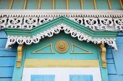 Το διακοσμητικό στοιχείο γλυπτικής του παραθύρου του ξύλινου σπιτιού Ιρκούτσκ Στοκ Φωτογραφίες